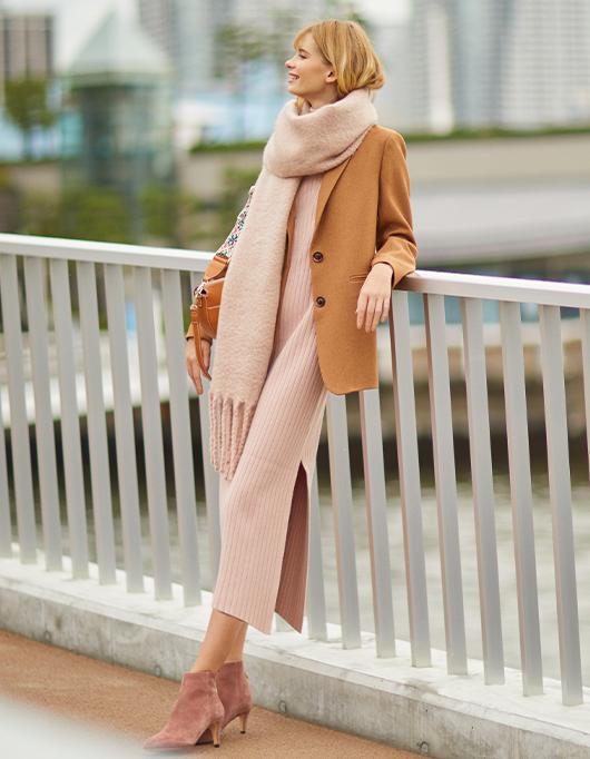 ニュアンスピンクを大人っぽいイメージに仕上げるジャケットスタイル。
