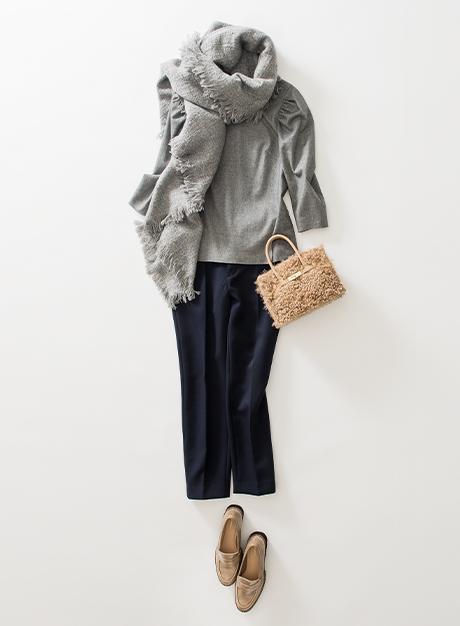 袖のボリュームがほんのりフェミニンなブラウスも、マキアージュパンツでマニッシュなイメージに。