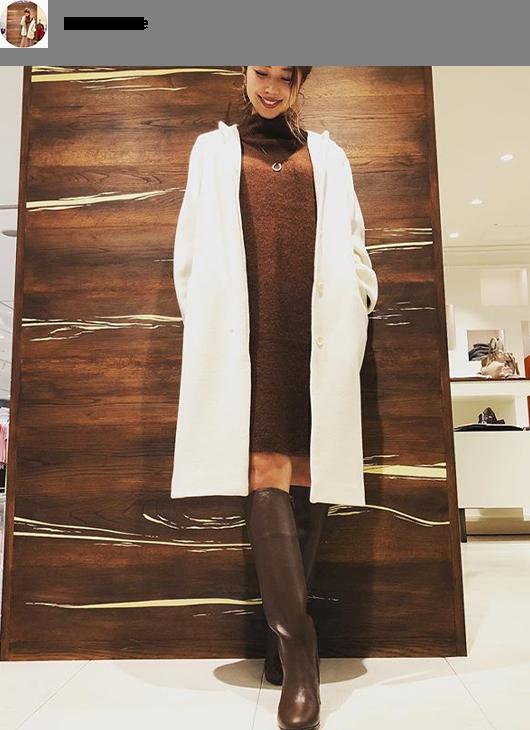 ビターブラウンのニットワンピに清潔感あるオフホワイトのコート。