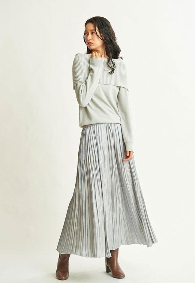 オフショルニット×ボリュームスカートというロマンチックなコーデを、「ライトグレー」が大人ムードに昇華。