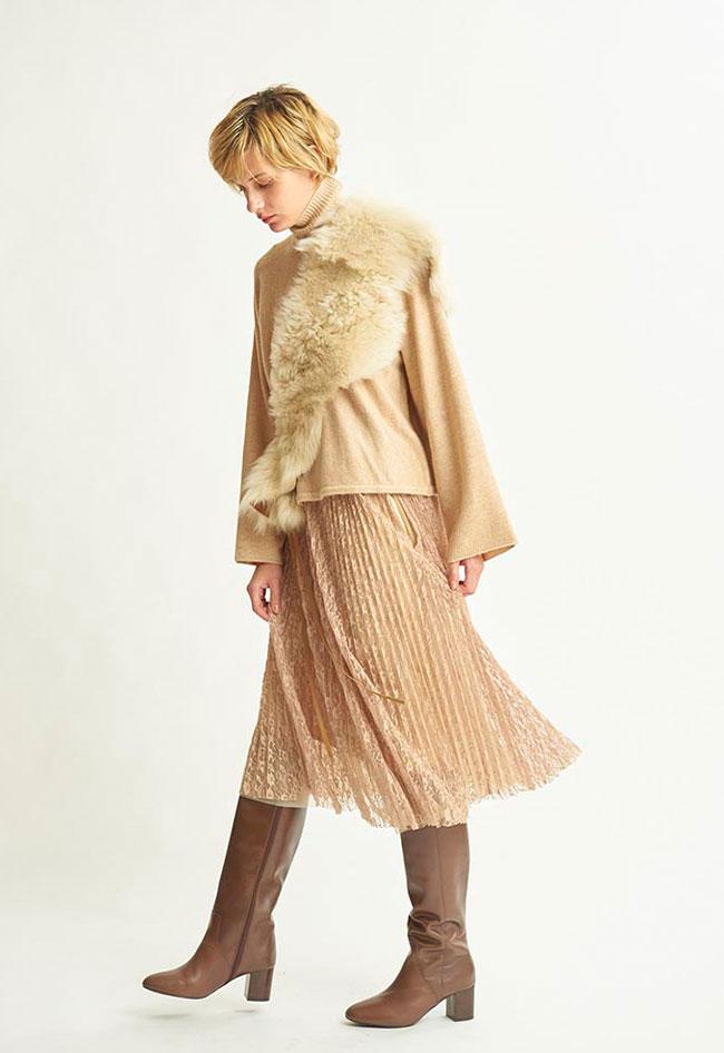 ニット、ファー、スカート…徐々に色を増すベージュのグラデーションコーデ。