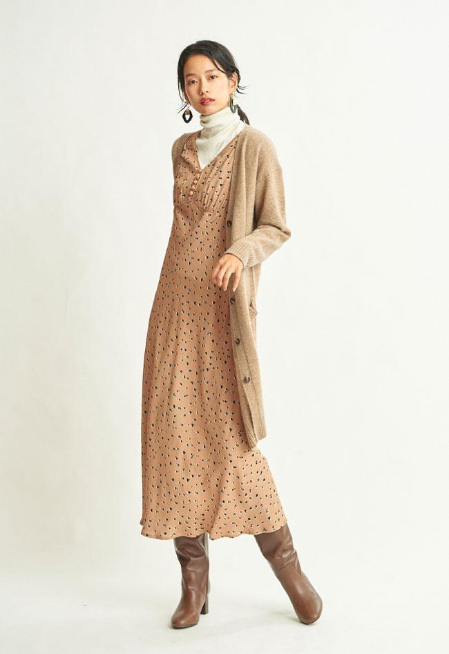 """レトロムードのプリントワンピースに、タートルネックニットをIN。衿元のオフ白が着こなしに""""抜け""""を与えます。"""